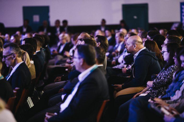 Ein Foto der vielen TeilnehmerInnen im Hauptsaal