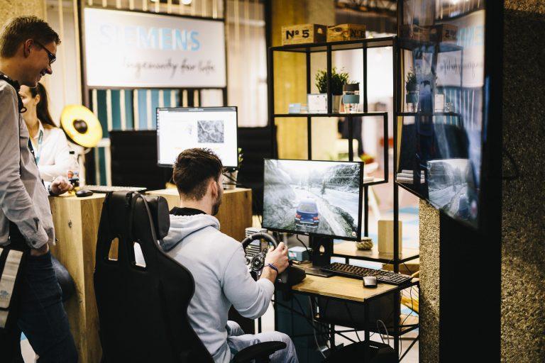 Ein Mann spielt eine Auto-Simulation